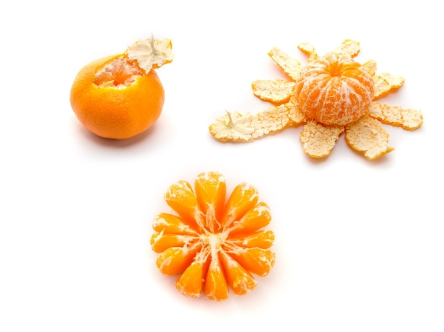 Mandarine pelée isolée sur blanc