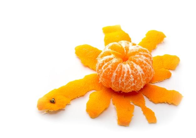 Une mandarine pelée isolée sur blanc