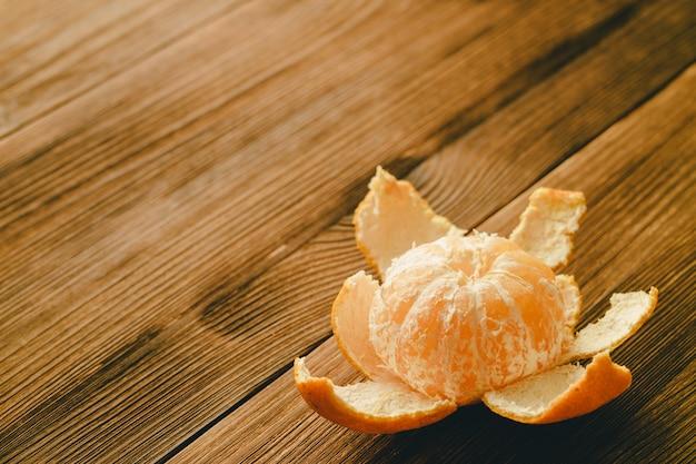 Mandarine purifiée sur une table en bois.