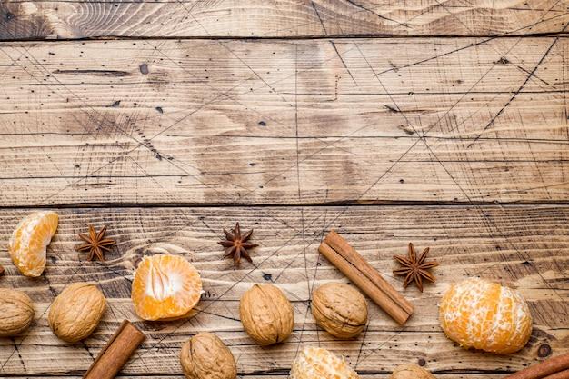 Mandarines et bâtons de cannelle à l'anis et aux noix