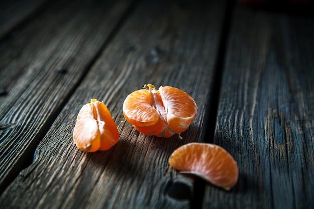 Mandarines sur un bois.