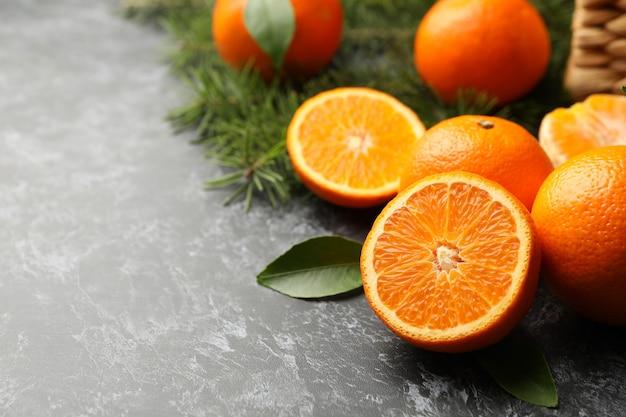 Mandarines, branches de pin et panier