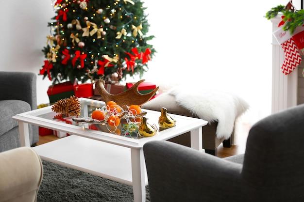 Mandarines et cônes sur table dans une salle décorée