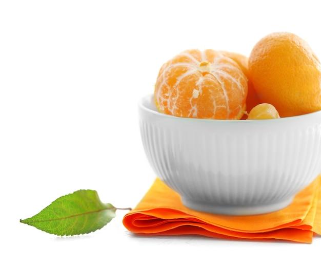 Mandarines dans un bol sur une table en bois blanc, gros plan