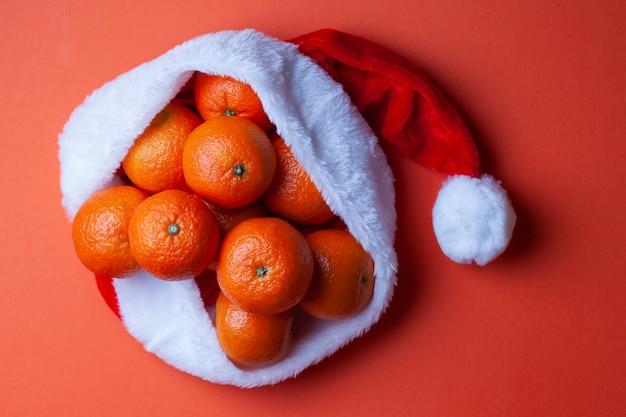 Mandarines dans un bonnet de noel sur fond orange