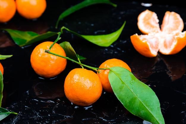 Mandarines et feuilles fraîches