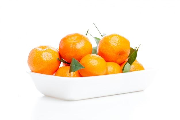 Mandarines avec des feuilles isolées sur blanc