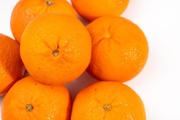 Mandarines sur fond blanc. agrumes exotiques juteux.