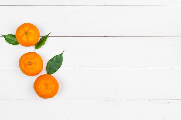 Mandarines sur un fond en bois blanc