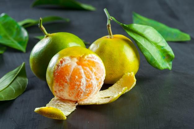 Mandarines sur fond noir