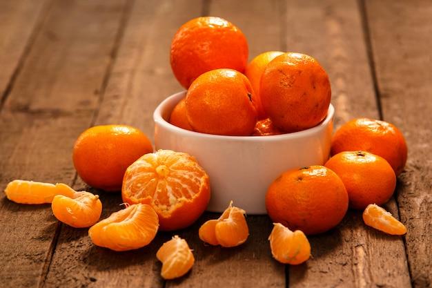 Mandarines fraîches dans un bol