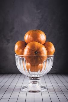 Mandarines fraîches juteuses dans un bol en verre