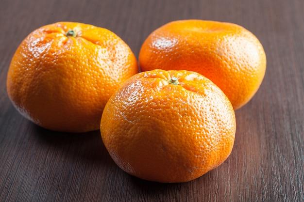 Mandarines fraîches sur une table en bois