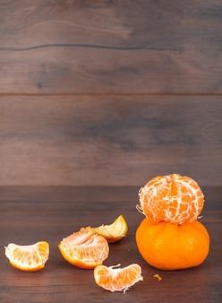 Mandarines isolées sur la surface brune vue latérale agrumes