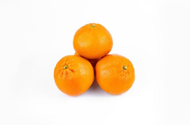 Mandarines juteuses fraîches mûres avec des feuilles sur fond blanc
