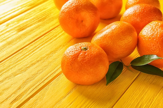 Mandarines Juteuses Sur Table En Bois De Couleur Photo Premium