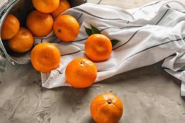 Mandarines juteuses sur table