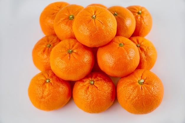 Mandarines ou mandarines entières juteuses sur fond blanc.