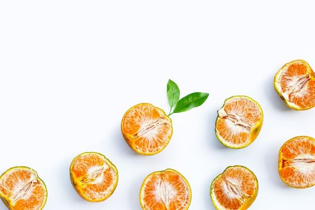 Mandarines mandarines vertes sur fond blanc.