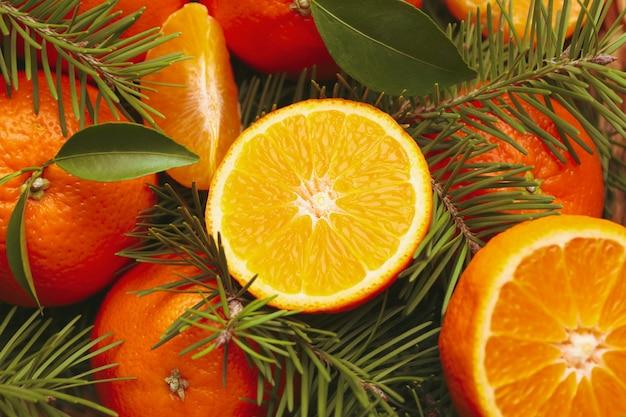 Mandarines mûres et branches de pin