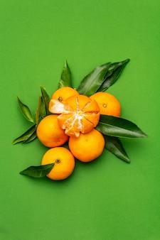 Mandarines mûres avec des feuilles.