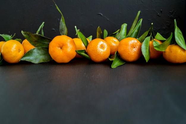 Mandarines mûres sur fond noir.