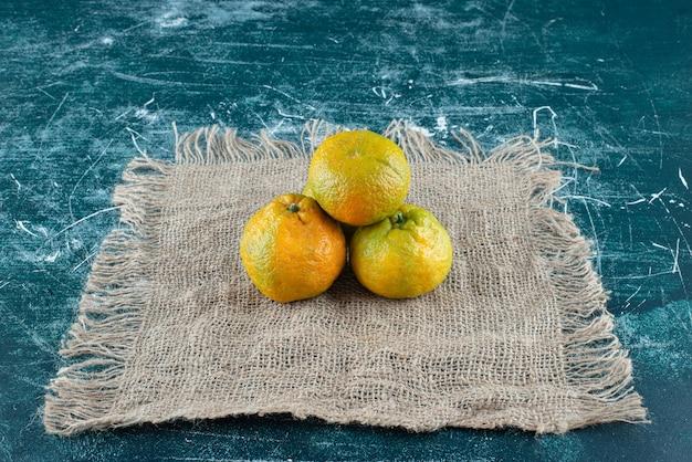 Mandarines mûres sur table en marbre.