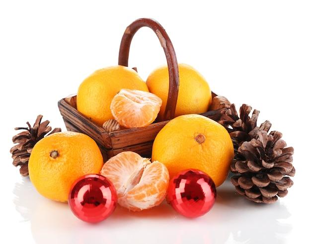 Mandarines de noël dans le panier blanc isolé