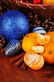 Mandarines de noël et jouets de noël sur le plan rapproché de table en bois
