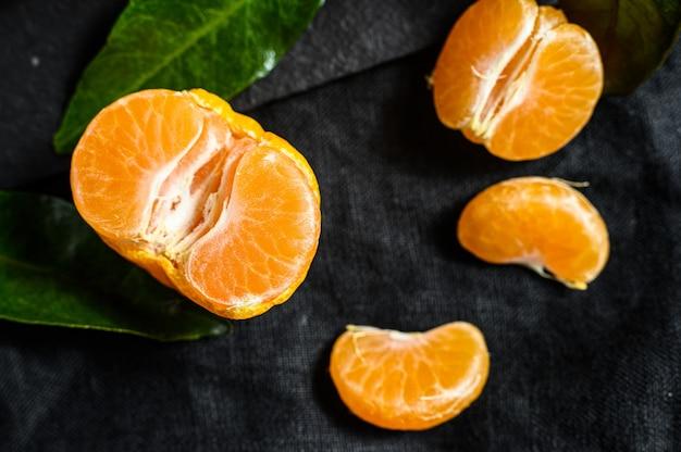 Mandarines (oranges, mandarines, clémentines, agrumes) avec des feuilles. vue de dessus