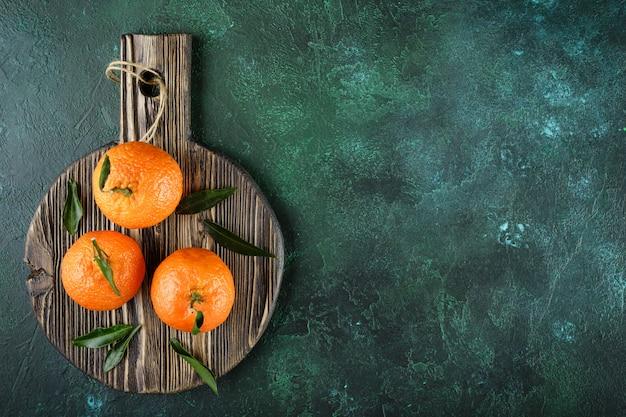 Mandarines oranges, mandarines, clémentines, agrumes avec feuilles