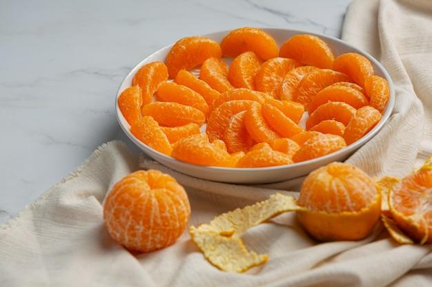 Mandarines pelées sur fond de marbre