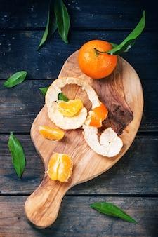 Mandarines sur planche à découper