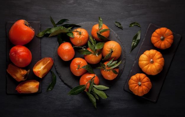 Mandarines, pumkins et kakis biologiques frais