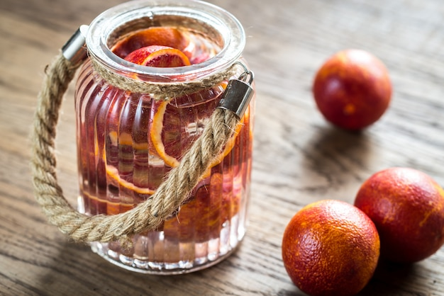 Mandarines rouges sur la surface en bois