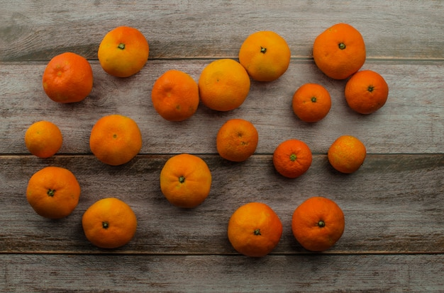 Mandarines sur table en bois