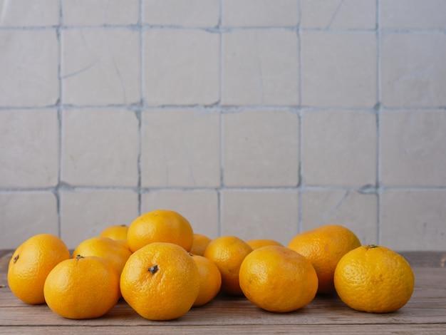 Mandarines sur la table de la cuisine