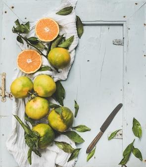 Mandarines turques fraîches avec des feuilles