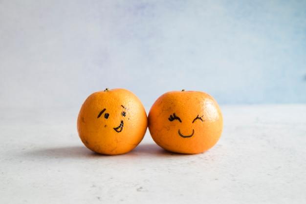 Mandarines avec des visages drôles