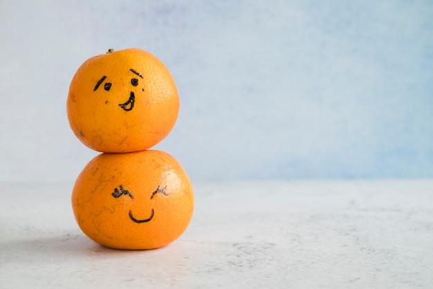 Mandarines avec des visages peints