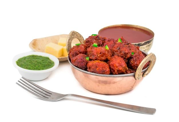 Mandchourie de légumes de cuisine indienne sur fond blanc