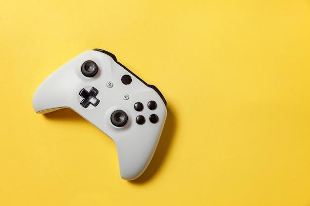 Manette de jeu blanche, console de jeu sur fond tendance coloré jaune