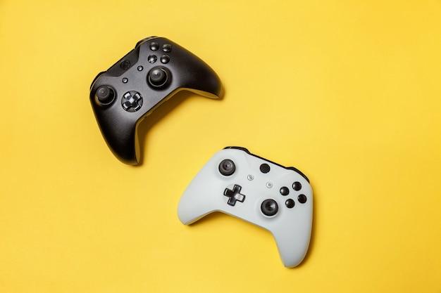 Manette de jeu à deux joysticks blanche et noire