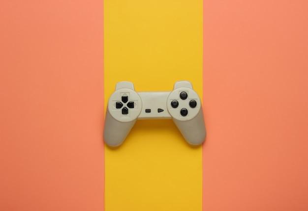 Manette de jeu rétro sur fond de papier coloré divertissement