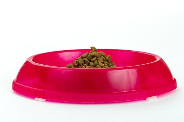 Mangeoire pour chats avec des morceaux de nourriture