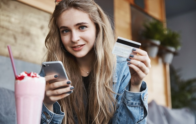 Manger dehors et concept de gens candides. jeune femme blonde payant f