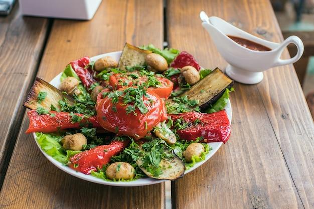 Manger une délicieuse belle salade dans une assiette sur une table en bois dans un café