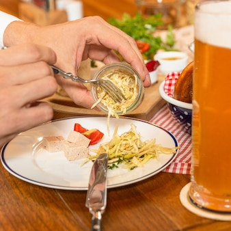 Manger du fromage frangé avec de la bière
