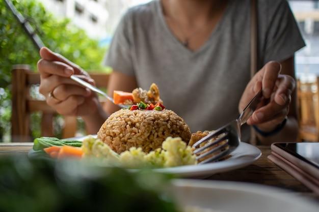 Manger du riz frit thaï avec de la pâte de crevettes