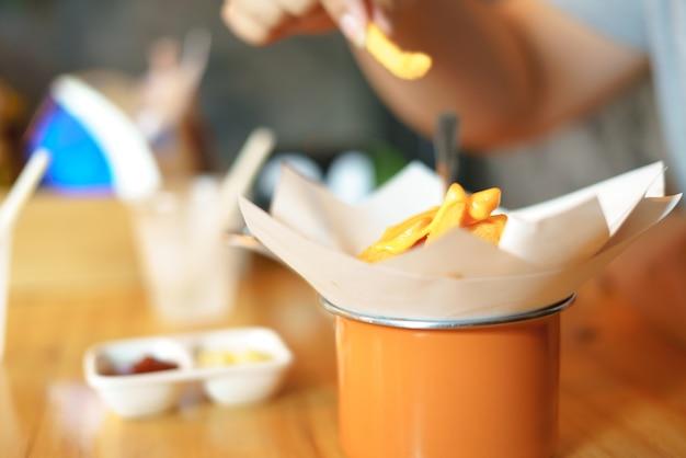Manger des frites avec du cheddar fondu